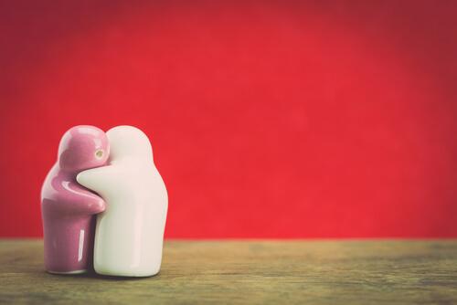 Dos-muñecas-ceramica-abrazandose