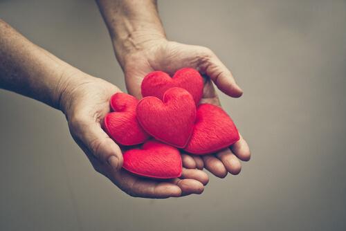 mano-ofreciendo-corazones